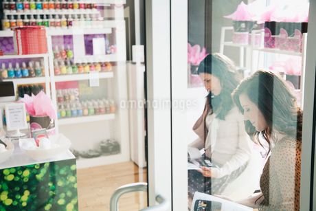 women waiting for salon appointmentの写真素材 [FYI02288741]