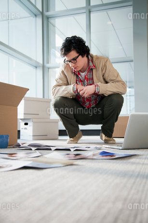 young businessman unpacking officeの写真素材 [FYI02288783]