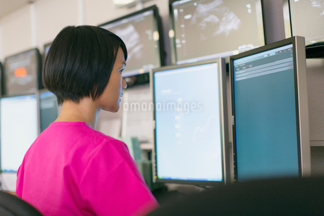 medical technician reviewing results on computer screenの写真素材 [FYI02288811]