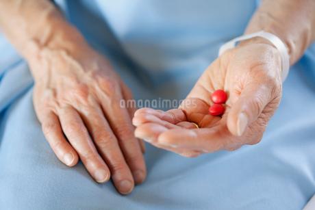 closeup of hands holding pillsの写真素材 [FYI02288816]