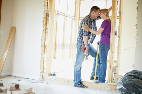 couple being affectionate while renovatingの写真素材 [FYI02288862]