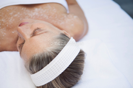 view from above of woman having salt scrub treatmentの写真素材 [FYI02288909]