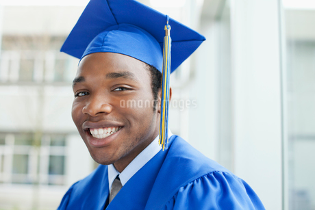 portrait of graduate in cap and gownの写真素材 [FYI02288914]