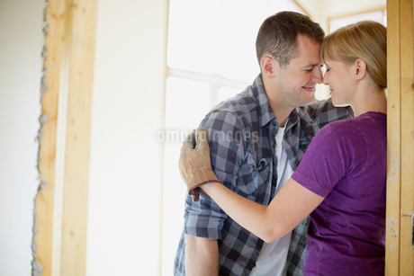 couple being affectionate while renovatingの写真素材 [FYI02289062]