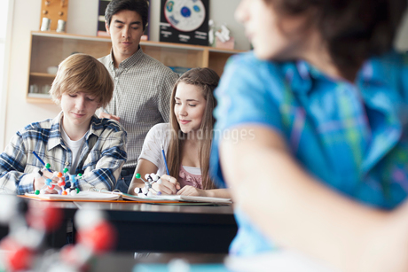 middle school students in chemistry classの写真素材 [FYI02289079]