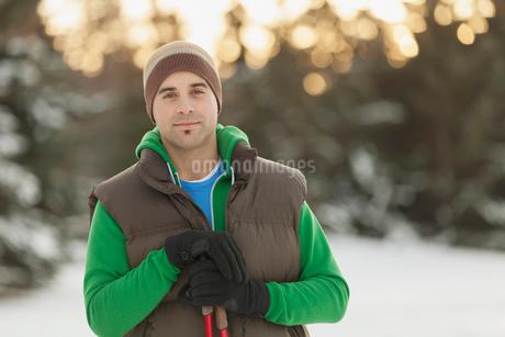 Portrait of man standing outdoors with ski polesの写真素材 [FYI02289098]