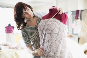 designer measuring dress on dress formの写真素材 [FYI02289102]