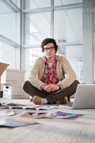young businessman unpacking officeの写真素材 [FYI02289104]