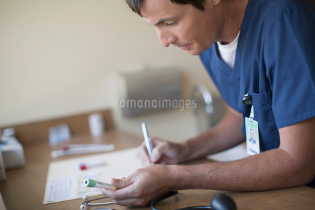 medical technician with vial for medical testの写真素材 [FYI02289107]