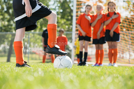 Girls soccer team doing the wall to defend against kick.の写真素材 [FYI02289113]