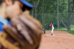 Pitcher ready to pitch baseball to batter.の写真素材 [FYI02289159]