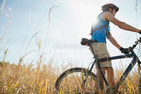 Profile of young adult man with mountain bike.の写真素材 [FYI02289166]