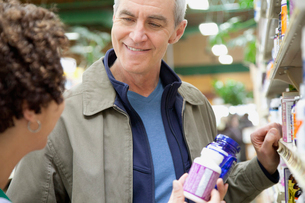 man having discussion with pharmacistの写真素材 [FYI02289185]