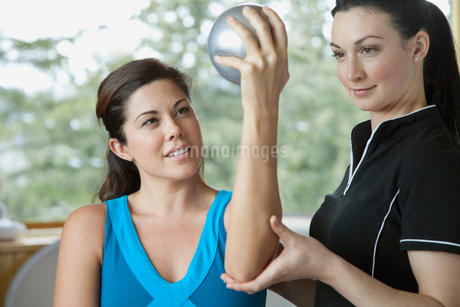 personal therapist guiding mid-adult womanの写真素材 [FYI02289194]