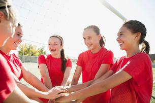 Girls soccer team doing hand over hand cheer.の写真素材 [FYI02289199]