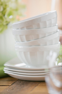 Close-up of stack of white bowls with plates.の写真素材 [FYI02289216]