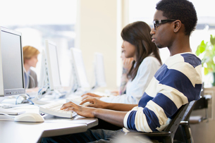 college students in computer labの写真素材 [FYI02289223]