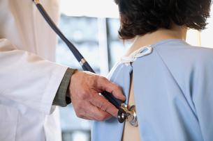 doctor examining patient with stethescopeの写真素材 [FYI02289231]
