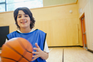 middle school student with basketballの写真素材 [FYI02289367]