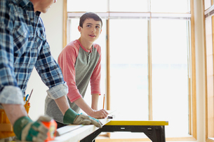 father and son doing home renovationsの写真素材 [FYI02289370]