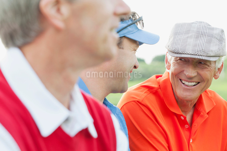 male golfers sitting and having a conversationの写真素材 [FYI02289537]