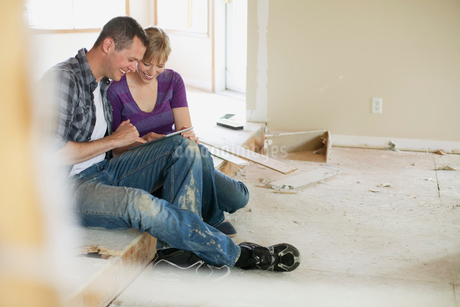 mid adult couple making renovation choicesの写真素材 [FYI02289673]