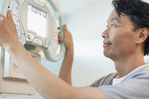 radiologists looking at readout on machineの写真素材 [FYI02289680]