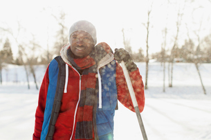 Man standing outdoors with hockey stickの写真素材 [FYI02289719]