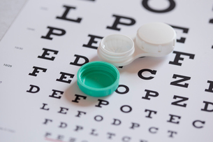 contact lens case on eye chartの写真素材 [FYI02289765]