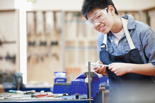 asian, middle school student in machine shop classの写真素材 [FYI02289775]