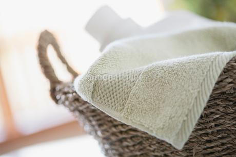 Close-up of clean towel in wicker basket.の写真素材 [FYI02289804]