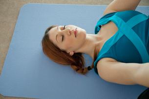young woman relaxing in yoga classの写真素材 [FYI02289810]