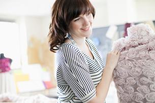 clothing designer putting fabric on dress formの写真素材 [FYI02289828]
