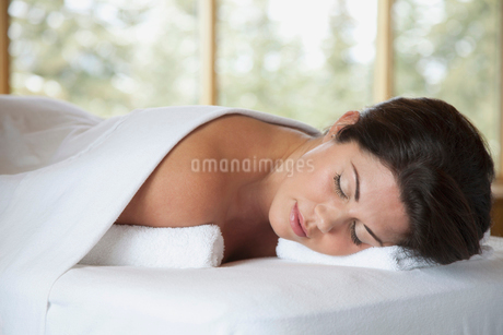 pretty, mid-adult woman resting at spaの写真素材 [FYI02289880]