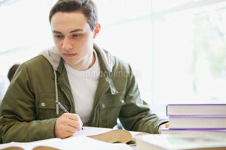 male college student writing paperの写真素材 [FYI02289915]