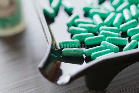 closeup of capsules in dispensing trayの写真素材 [FYI02289941]