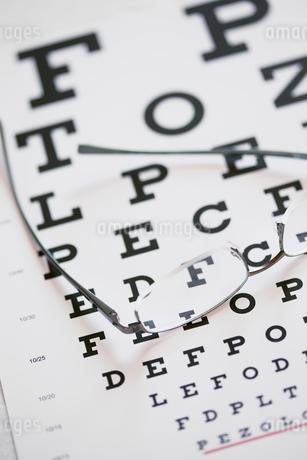 eyeglasses lying on eye chartの写真素材 [FYI02289983]