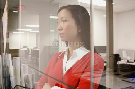 young business woman thinkingの写真素材 [FYI02289989]