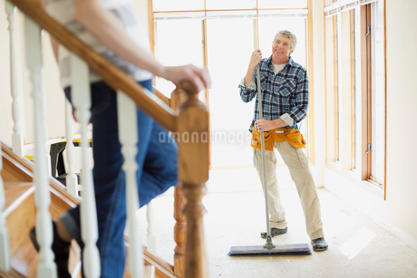 middle aged man sweeping up during renovationの写真素材 [FYI02289998]