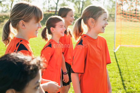 Girl soccer players standing on field together.の写真素材 [FYI02290064]