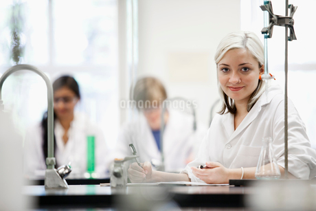 college students working in labの写真素材 [FYI02290102]