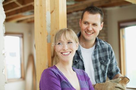 happy, mid adult couple in renovationの写真素材 [FYI02290154]