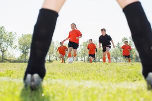 Girls soccer team running on the field.の写真素材 [FYI02290222]