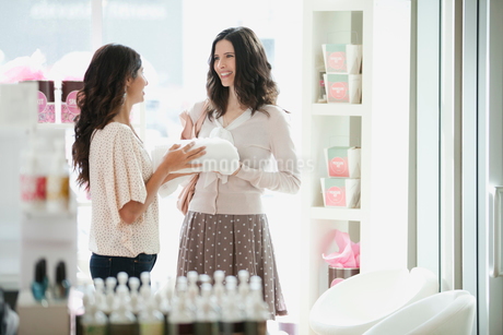 women discussing beauty products at spaの写真素材 [FYI02290280]