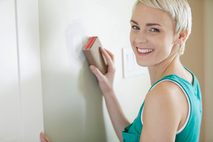 pretty, mid adult woman sanding wallの写真素材 [FYI02290344]