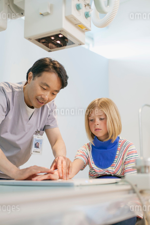 radiologist adjusting position of young patients handの写真素材 [FYI02290351]