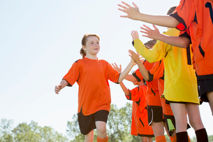 Girls soccer team giving high fives.の写真素材 [FYI02290381]