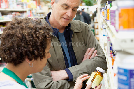 man having discussion with pharmacistの写真素材 [FYI02290436]
