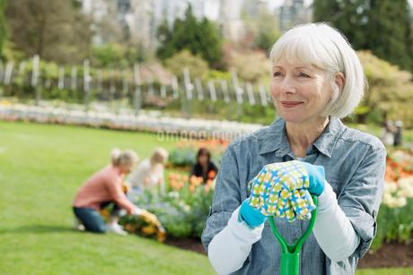 portrait of mature female gardenerの写真素材 [FYI02290458]