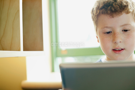 Redheaded boy on computer in classroom.の写真素材 [FYI02290463]